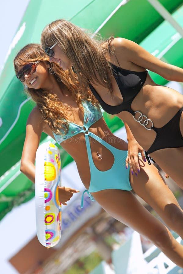 Dois modelos com anel inflável colorido imagens de stock royalty free