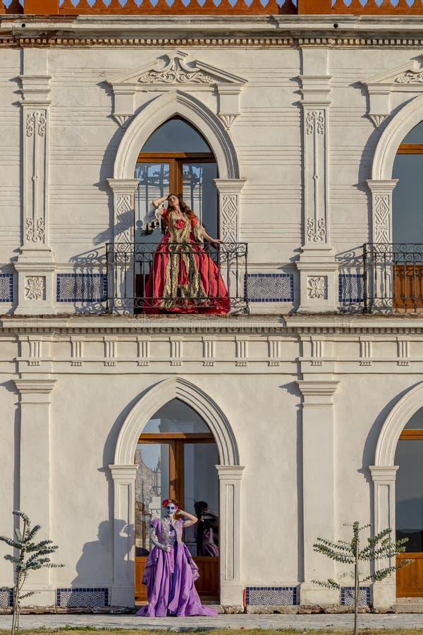 Dois modelos morenos latino-americanos bonitos levantam o ar livre em um rancho mexicano foto de stock