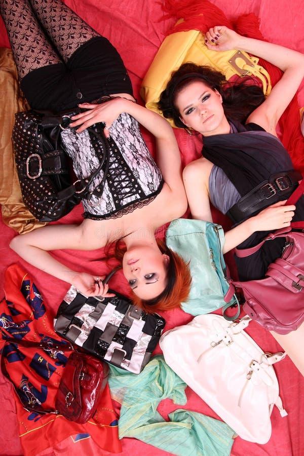 Dois modelos no ajuste colorido no estúdio fotografia de stock royalty free