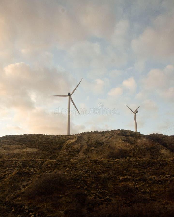 Dois moinhos de vento no monte imagem de stock