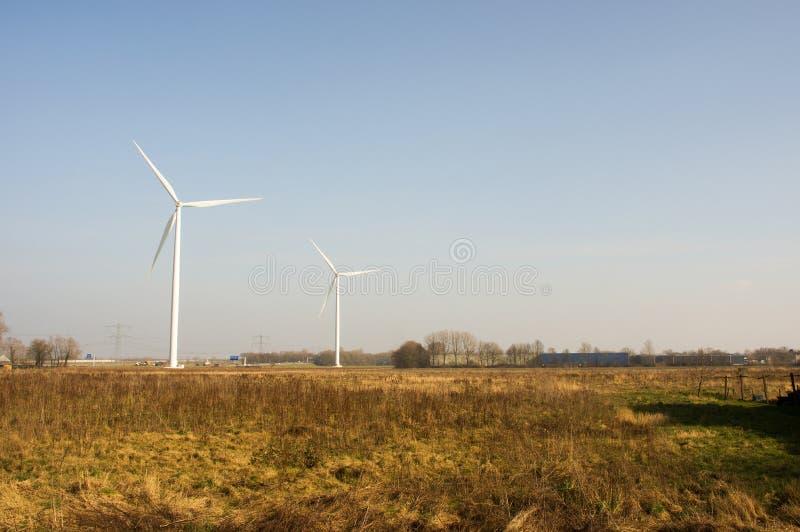 Dois moinhos de vento para a produção da energia elétrica imagens de stock