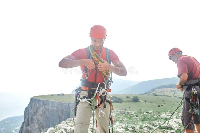 Dois montanhistas de rocha do homem escalados no penhasco fotografia de stock royalty free