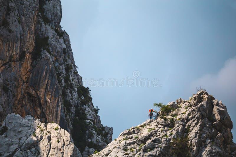 Dois montanhistas escalam à parte superior da montanha fotografia de stock royalty free