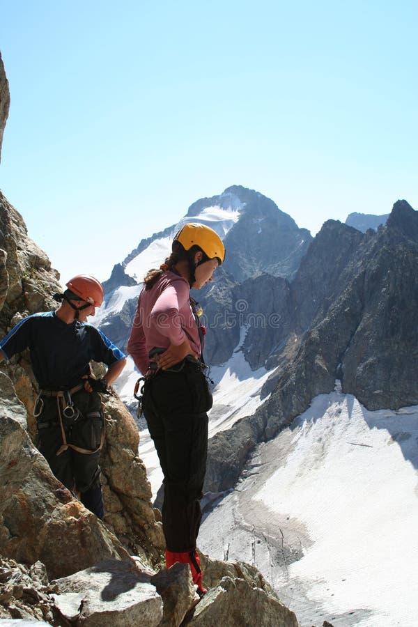 Dois montanhistas que olham para baixo fotografia de stock royalty free