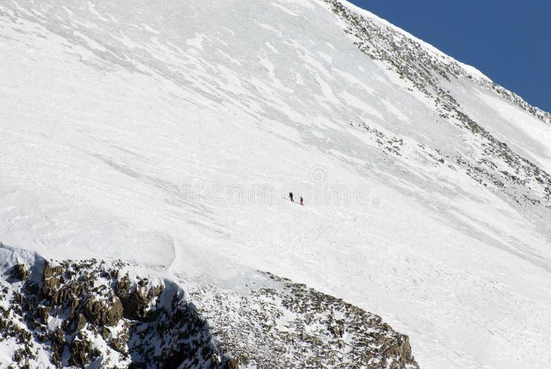 Dois montanhistas vão em uma montanha foto de stock royalty free