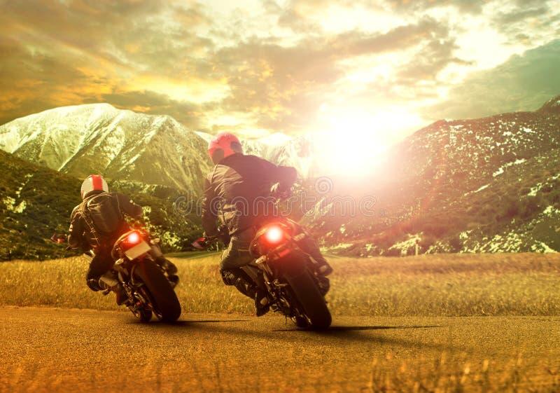 Dois motociclistas na estrada da montanha foto de stock