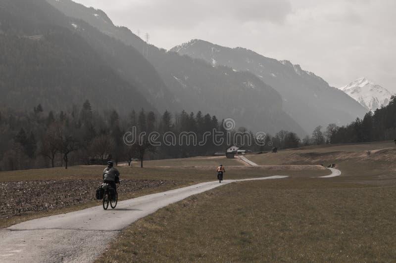 Dois motociclistas que montam ao lado das montanhas imagens de stock