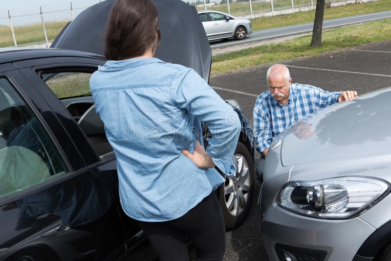 Dois motoristas que discutem após o acidente de tráfico imagens de stock