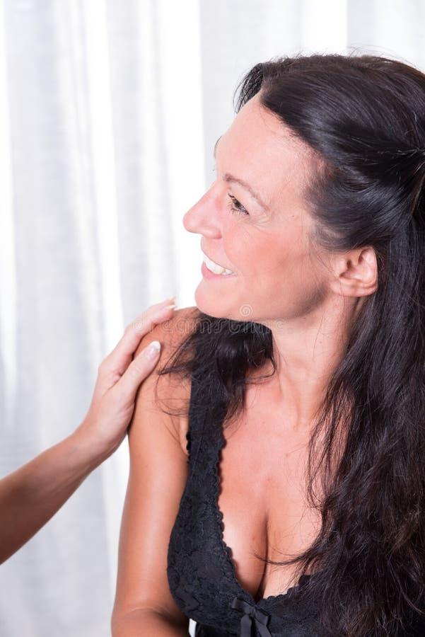 Dois mulher que fala sobre o bem-estar - um no fora foto de stock