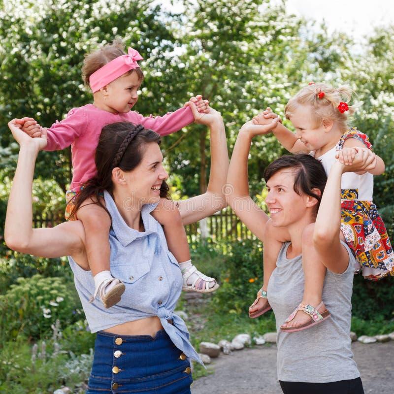 Dois mums com suas crianças fotografia de stock royalty free