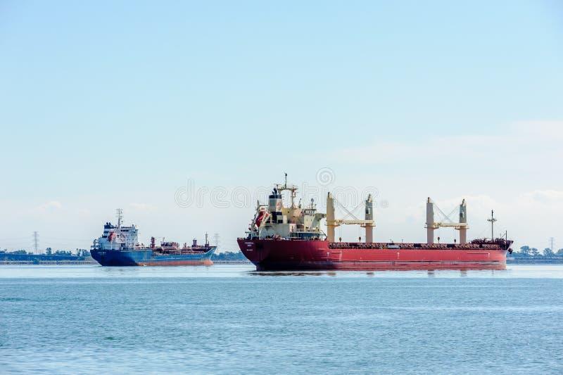 Dois navios de carga na água ancorada na baía em Hamilton, Ontário, Canadá foto de stock royalty free