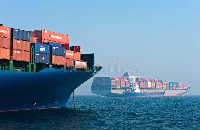 Dois navios de recipiente no porto Louro de Nakhodka Mar do leste (de Japão) 19 04 2014 imagens de stock