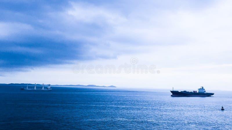 Dois navios sós, Singapura fotos de stock royalty free