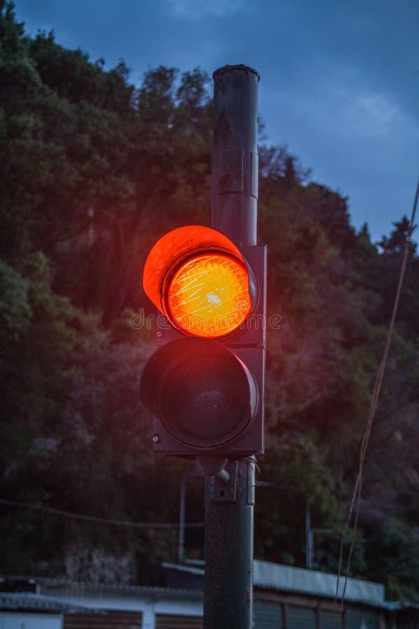 Dois o sinal um é iluminado na sinalização alaranjada Penhasco verdejante e céu azul no contexto Cada dispositivo de controle tem imagem de stock