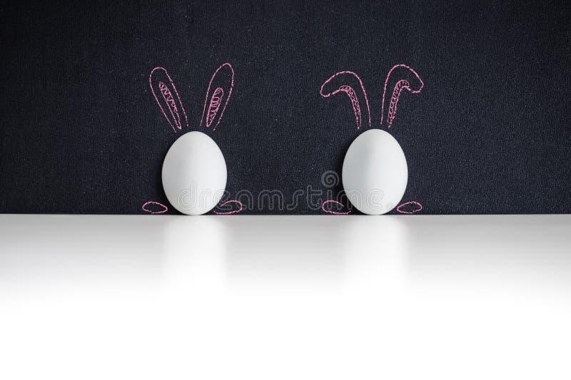 Dois ovos da páscoa brancos em um chackboard fotografia de stock