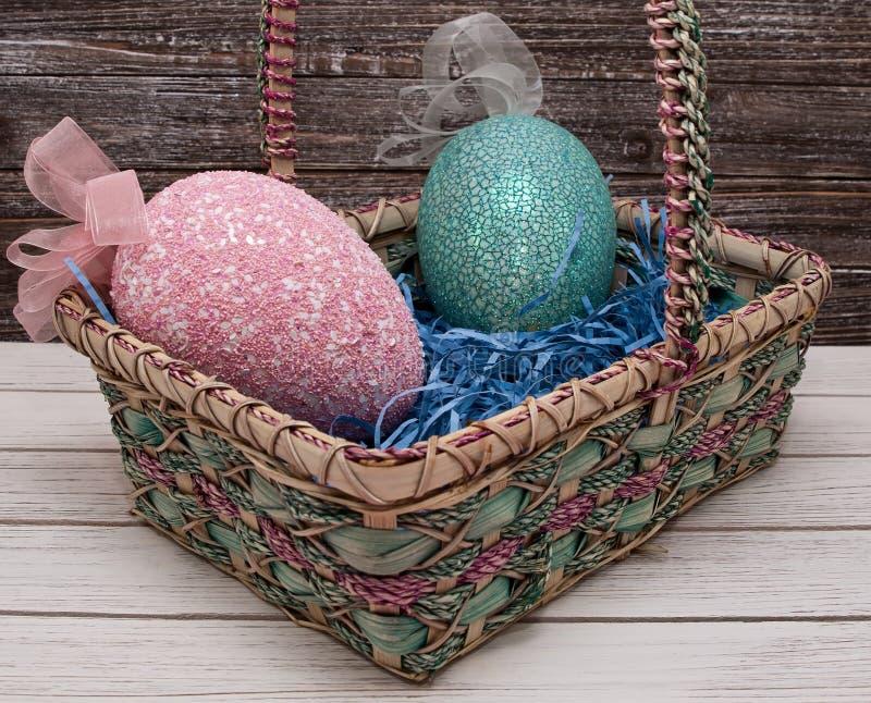 Dois ovos da páscoa em uma cesta colorida imagens de stock royalty free