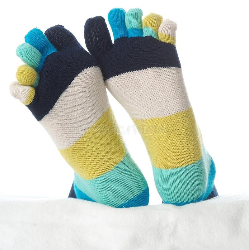 Dois pés nas meias imagens de stock