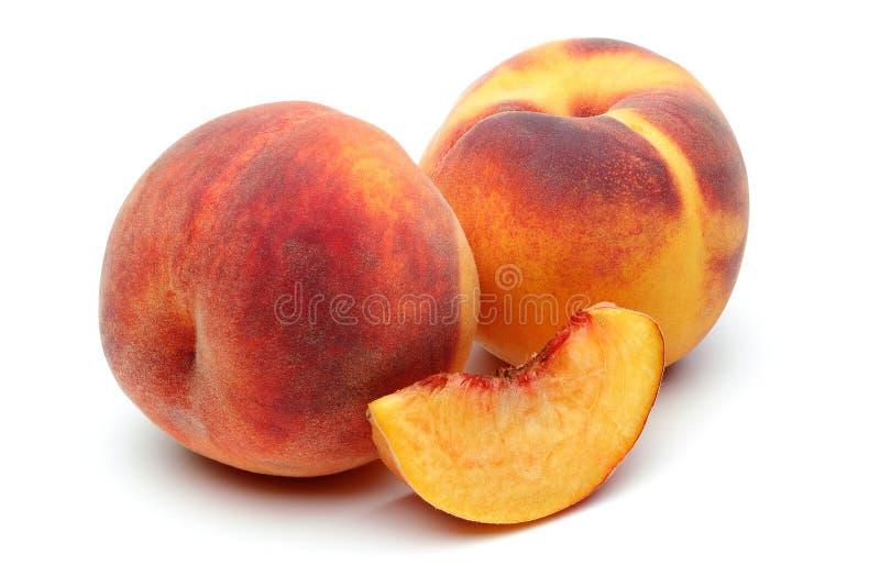 Dois pêssego e fatia no fundo branco foto de stock