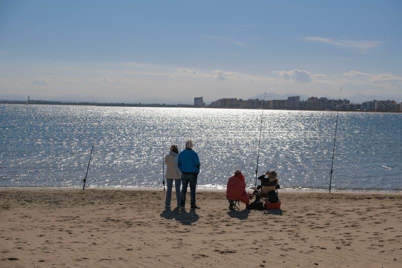 Dois pares de pessoas adultas estão pescando fotografia de stock