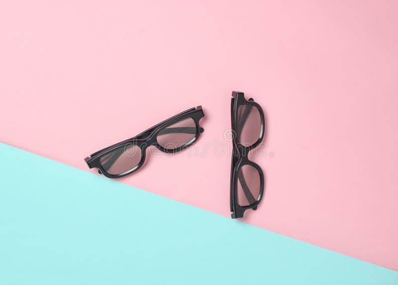 Dois pares dos vidros 3d em um fundo pastel azul do rosa Vista superior minimalism imagem de stock royalty free