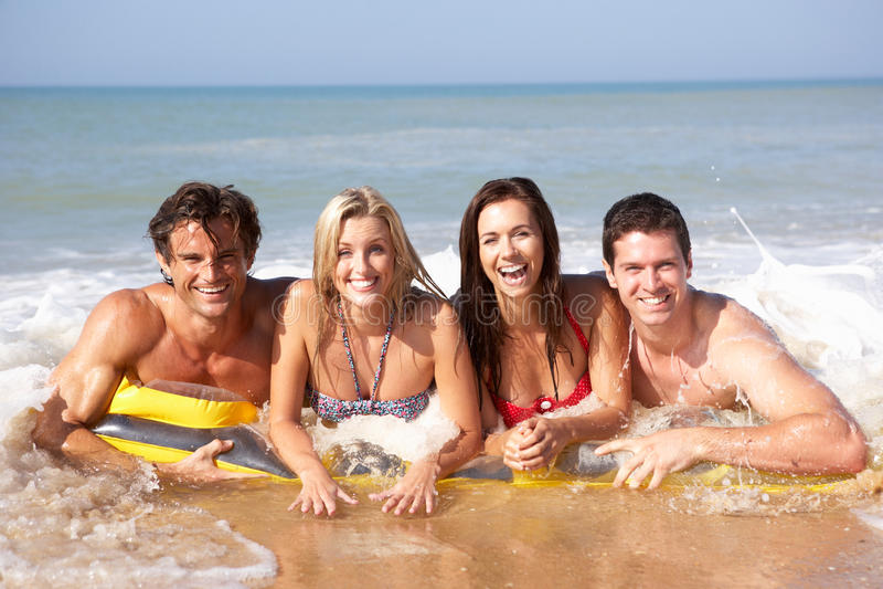 Dois pares novos no feriado da praia imagens de stock royalty free