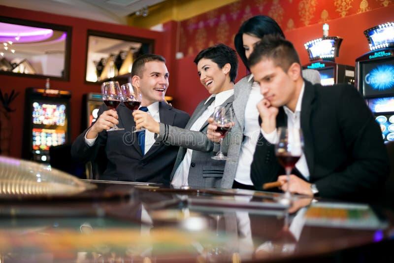 Dois pares que jogam no casino fotografia de stock royalty free