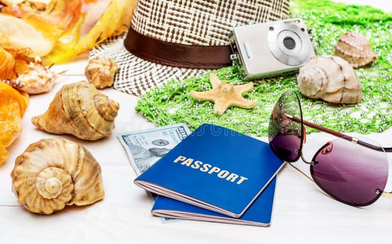 Dois passaportes com os acessórios do curso na tabela de madeira branca imagens de stock