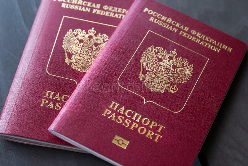 Dois passaportes em um fundo escuro, close up imagem de stock