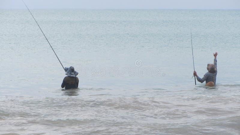 Dois pescadores com partes traseiras fotografia de stock