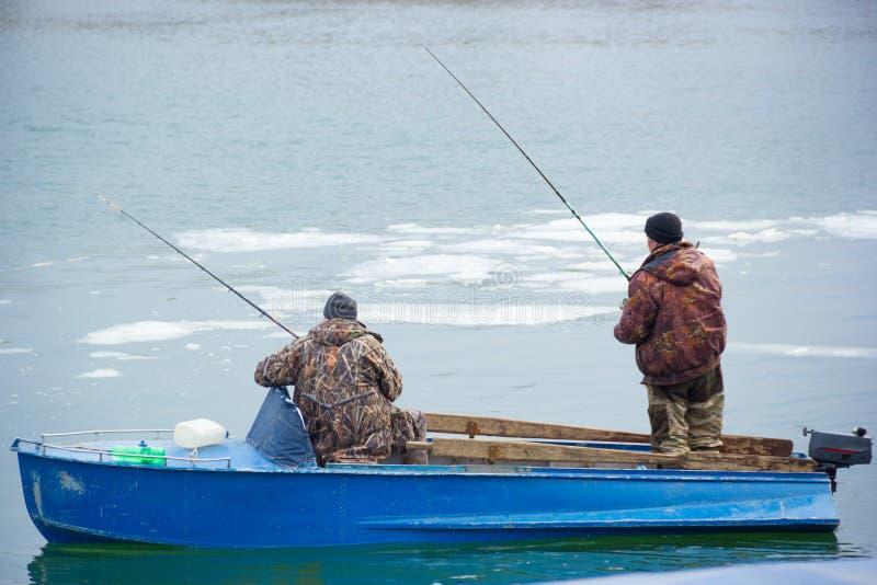 Dois pescadores em um barco de motor velho no rio Don Pesca da mola para Don fotografia de stock