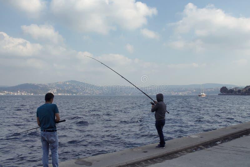 Dois pescadores pelo passo de Bosphorus fotos de stock royalty free