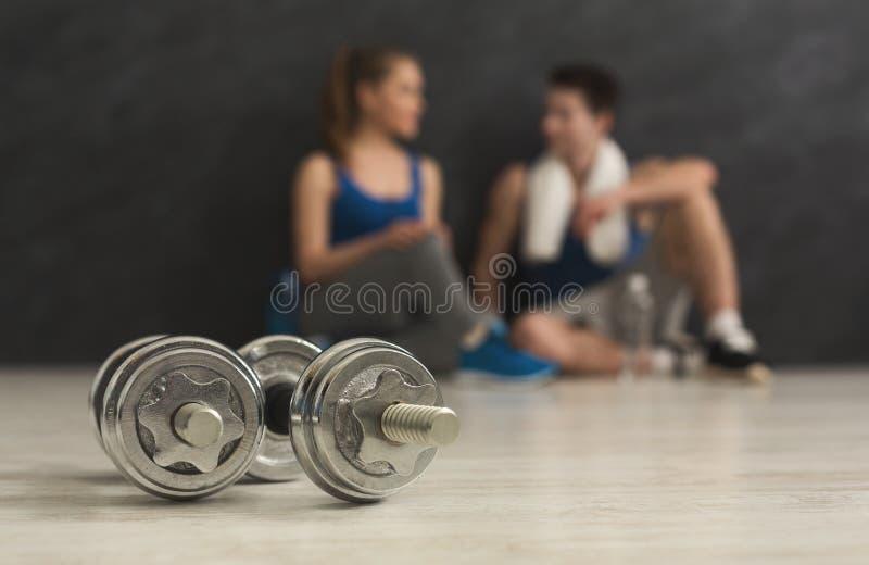 Dois pesos e pares borrados no gym fotografia de stock