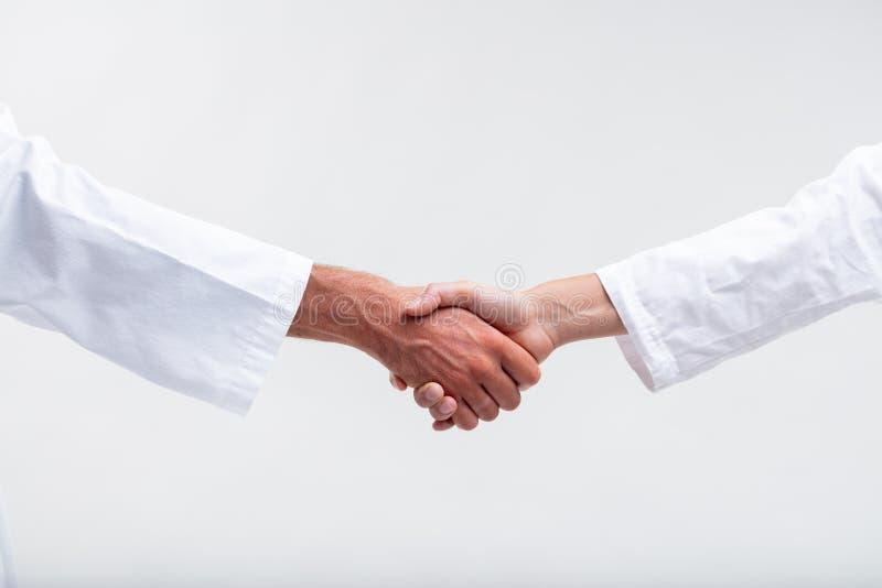 Dois pessoais médicos que agitam as mãos fotos de stock