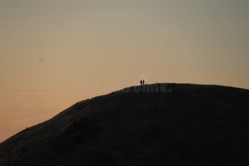 Dois pessoas que estão na montanha Tam em Marín, CA no por do sol imagens de stock royalty free