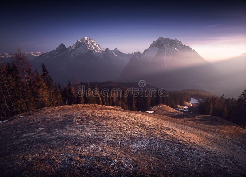 Dois picos de montanha com raios de sol imagem de stock royalty free