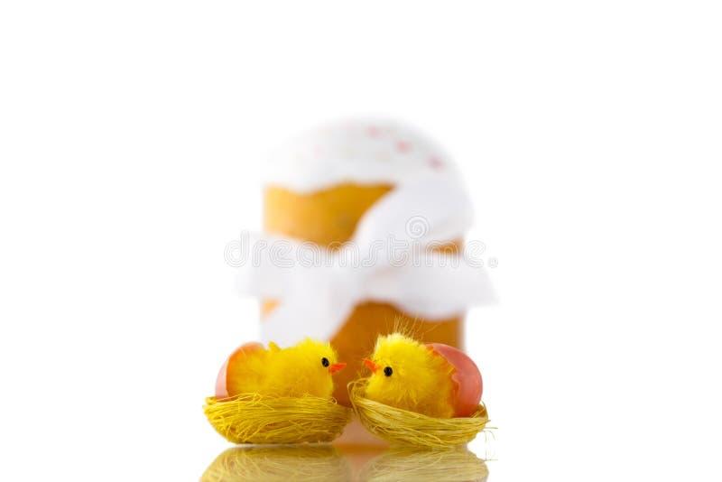 Dois pintainhos e Páscoas de beijo amarelos endurecem com a fita branca isolada no fundo branco imagens de stock