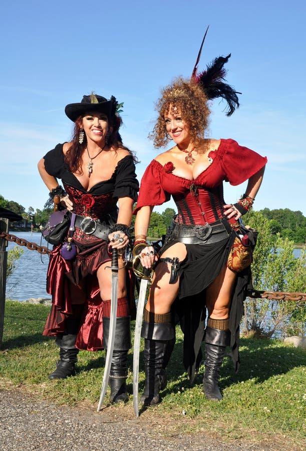 Dois piratas fêmeas bonitos foto de stock royalty free