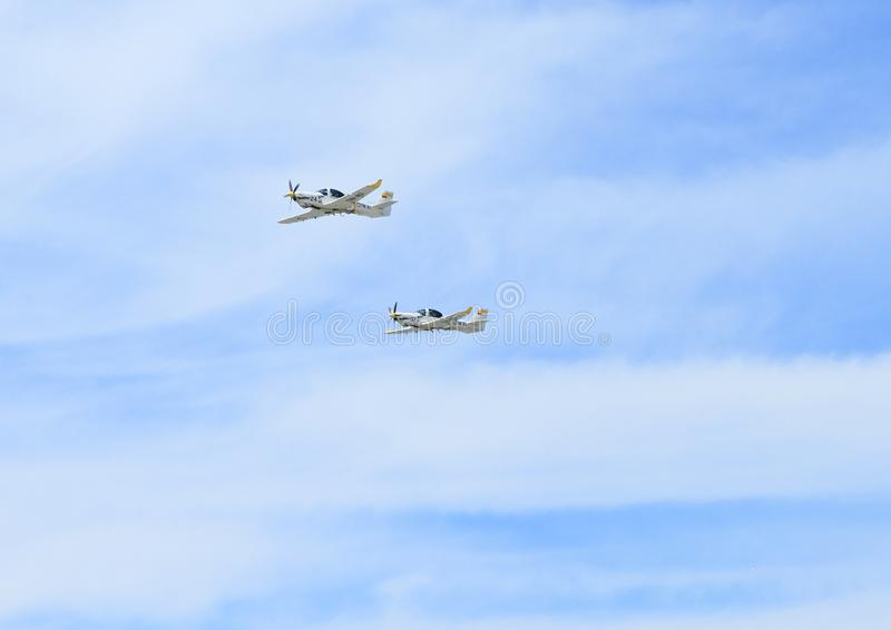 Dois planos pequenos na acrobacia em Airshow imagens de stock