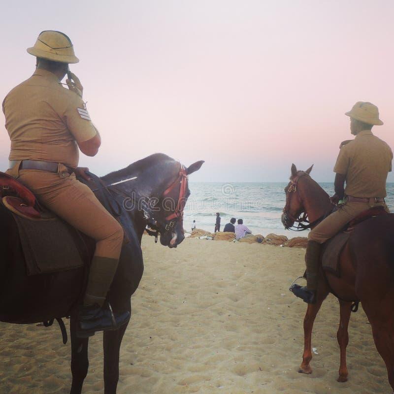 Dois polícias da praia a cavalo foto de stock royalty free