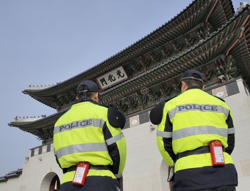 Dois polícias em Seoul fotografia de stock royalty free