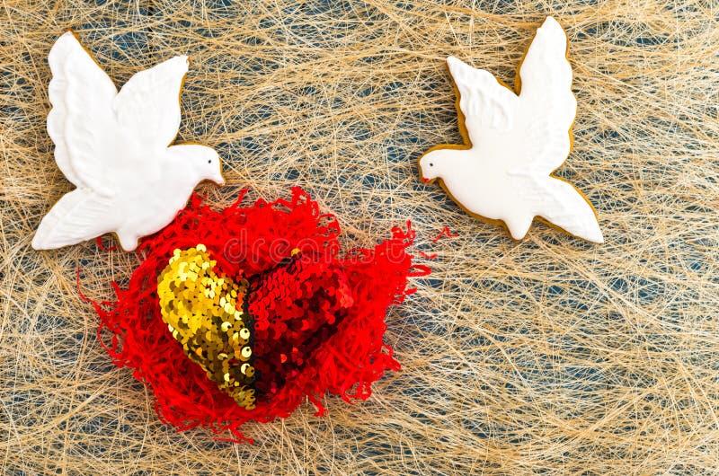 Dois pombos brancos Duas porções do coração Coração vermelho Configuração lisa imagens de stock royalty free