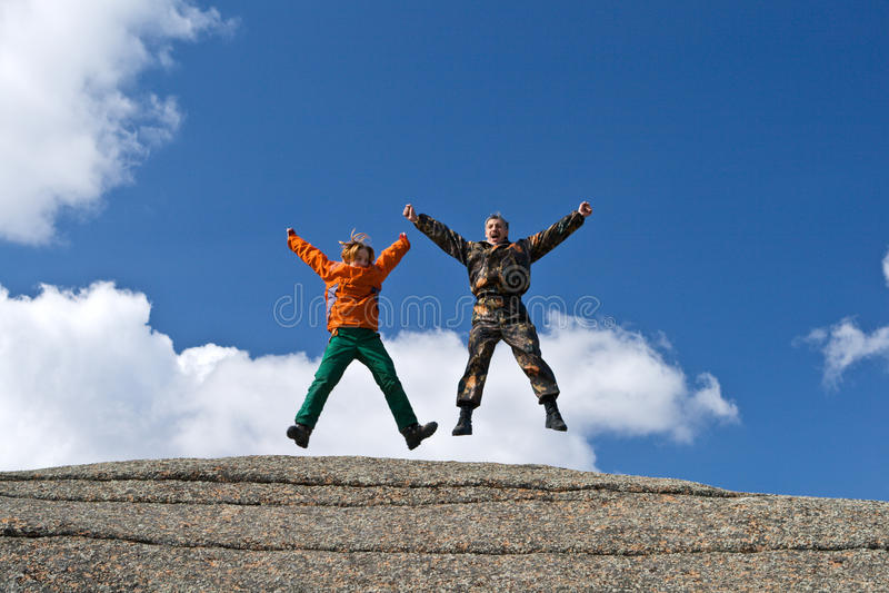 Dois povos elevados acima no monte imagens de stock