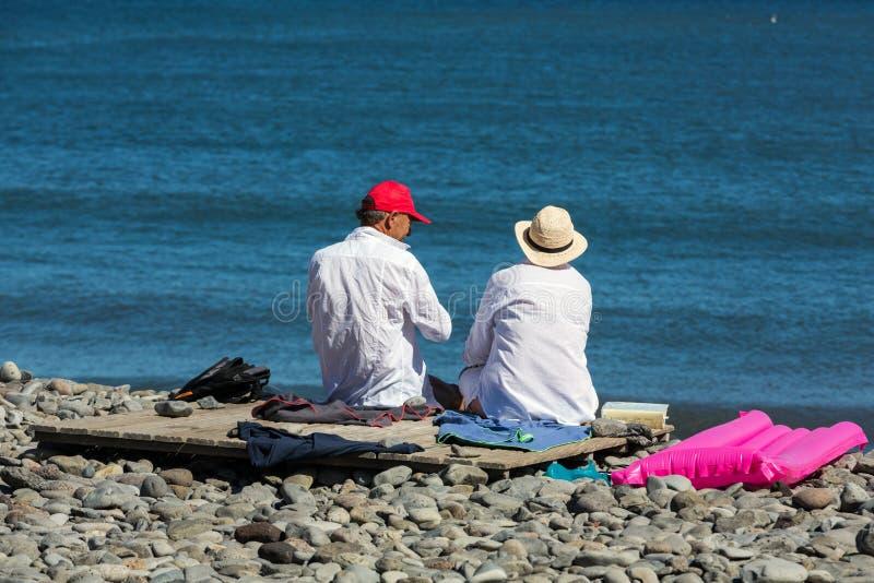 Dois povos mais idosos estão descansando na praia em Machico fotos de stock