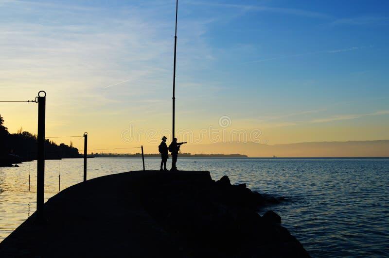 Dois povos na doca do lago foto de stock royalty free