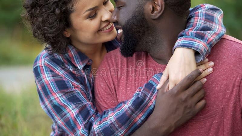 Dois povos no amor mostram a afeição para se, tocando delicadamente nos narizes fotos de stock royalty free