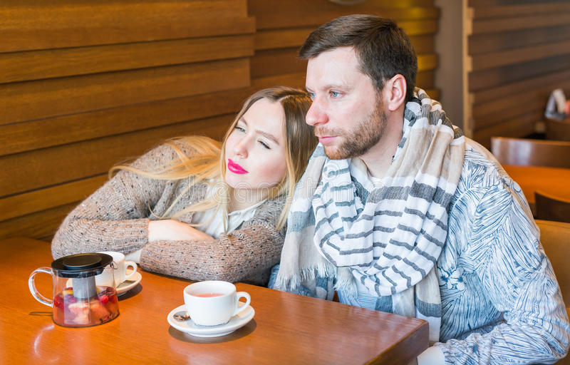 Dois povos no café que apreciam o tempo que gastam um com o otro imagem de stock royalty free