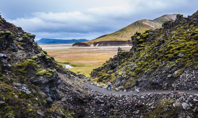 Dois povos que caminham nas montanhas em Islândia fotos de stock royalty free