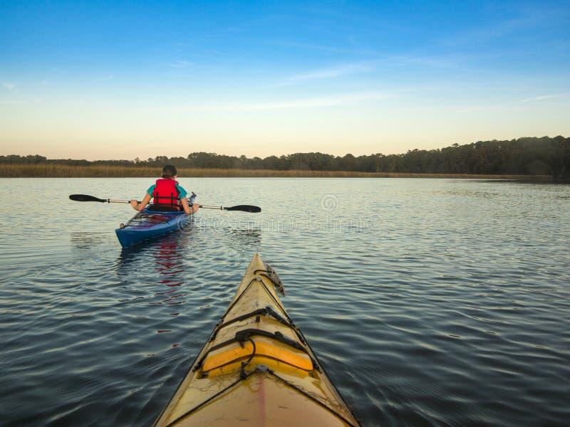 Dois povos que Kayaking fotos de stock royalty free