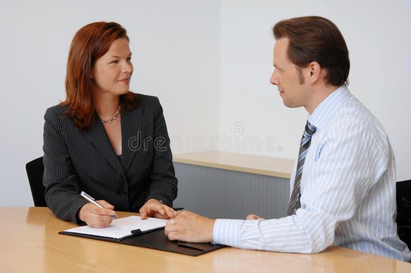 Dois povos em uma reunião de negócios foto de stock royalty free