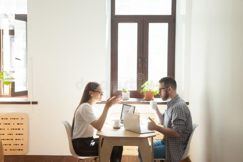 Dois povos que trabalham junto em um projeto fotografia de stock